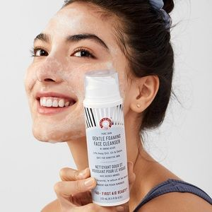 🌸FIRST AID BEAUTY FOAMING FACE CLEANSER🌸